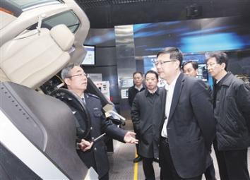 陈吉宁在北京市机动车排放管理中心调研时要求 加强监控能力建设 严厉查处超标排放车辆